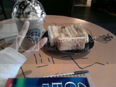 Caramel ice-blended coffee accompanied by sandwiches!